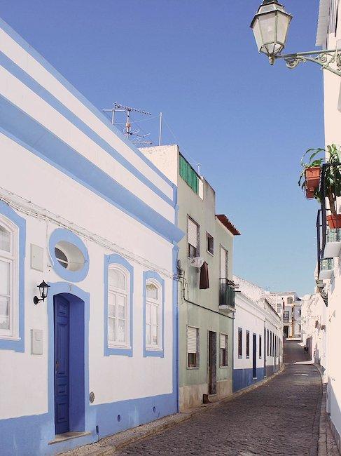 Ruhige Gasse in Lagos an der Algarve