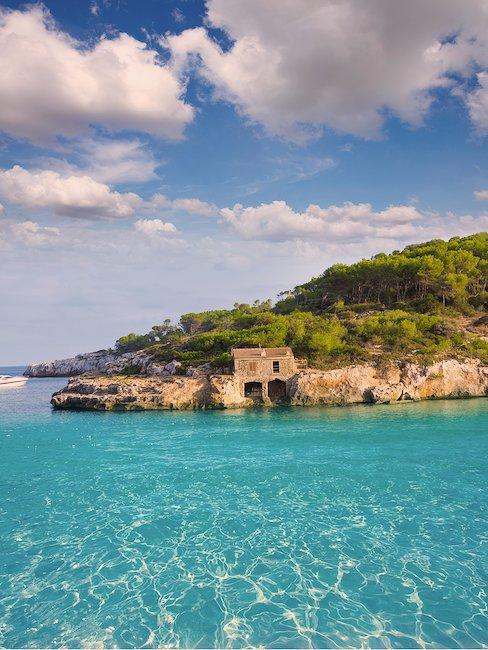 Kristallklares Wasser in der Bucht von Mondrago