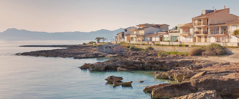 Traumhafter Ausblick über das azurblaue an der Strandpromenade