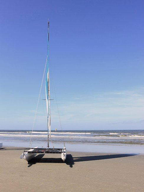 Ein Katamaran am Strand