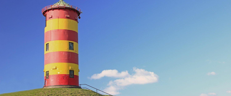 Der Leuchtturm überwacht die See der Leybucht