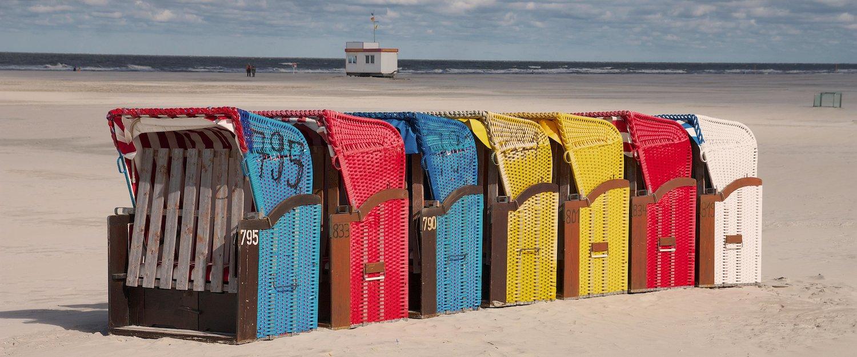 Bunte Strandkörbe auf Juist