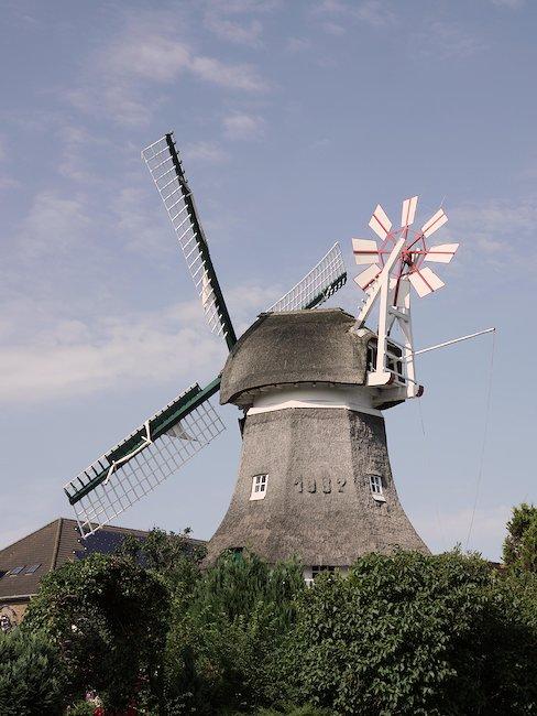 Windmühlen nutzen die Windkraft der Insel
