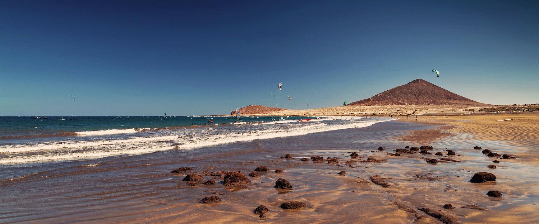 """La Playa El Medano o """"Playa Grande"""" y la montaña roja"""