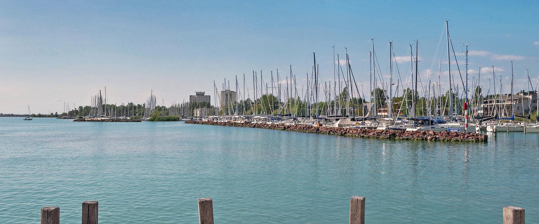 Hafen mit Segelbooten in türkisblauem Meer