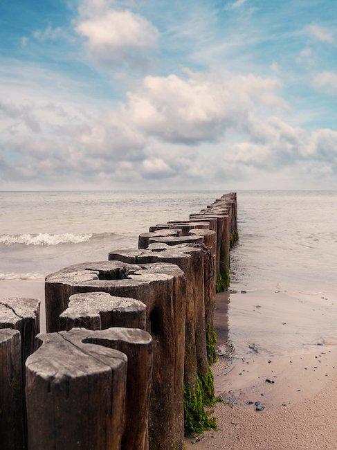 Wellenbrecher am Strand von Boltenhagen