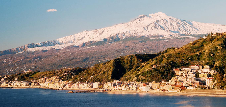 Giardini-Naxos, l'Etna innevato sullo sfondo.