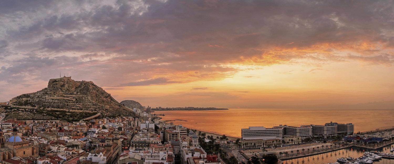 Landskapet over Alicante og utover Middelhavet