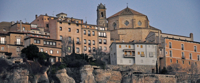 Casas colgadas en las rocas en Cuenca