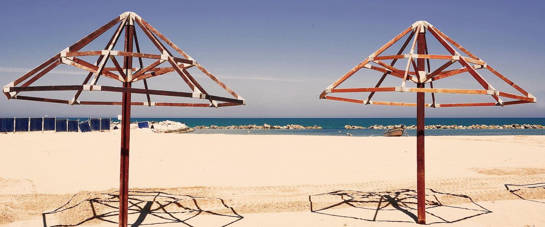 Ombrelloni senz'ombra in spiaggia.