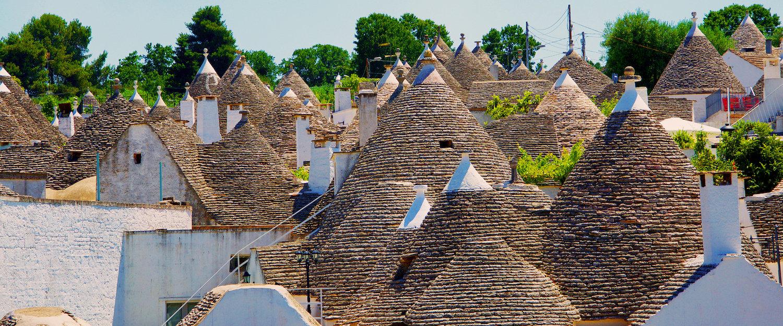 La tipica forma conica dei tetti dei trulli.