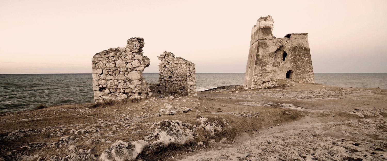 Rovine in riva al mare.