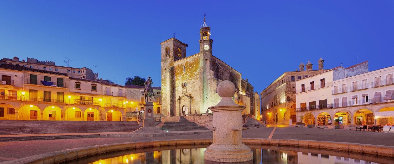Plaza mayor e iglesia de Trujillo