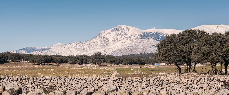 La cordillera nevada junto al campo de Guadarrama