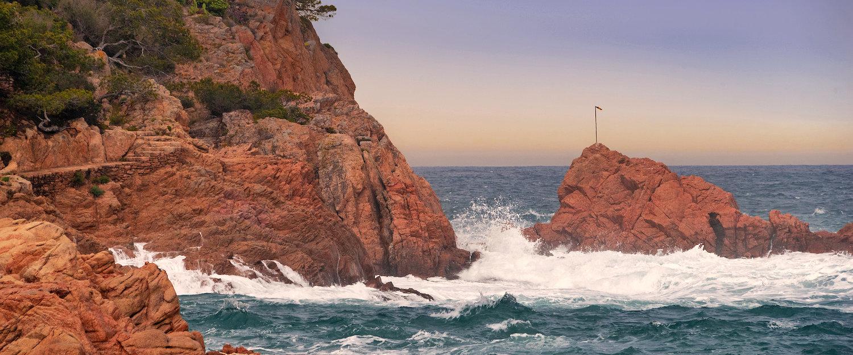 Olas sobre las rocas de Tamariu