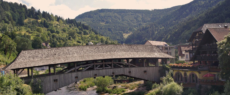 Überdachte Holzbrücke im Schwarzwald